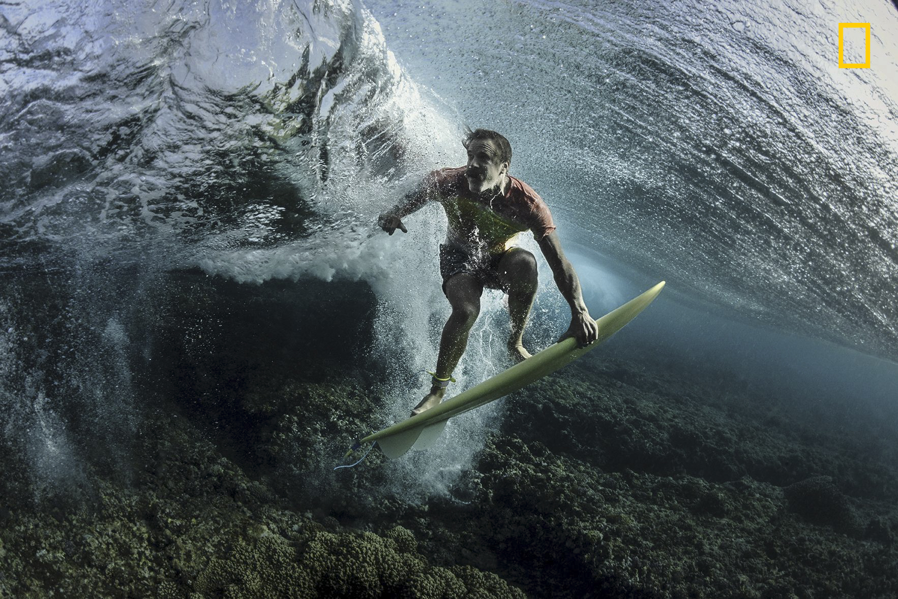 Under the Wave. Fotografía de Rodney Bursiel, galardonado en el National Geographic Travel Photographer of the Year
